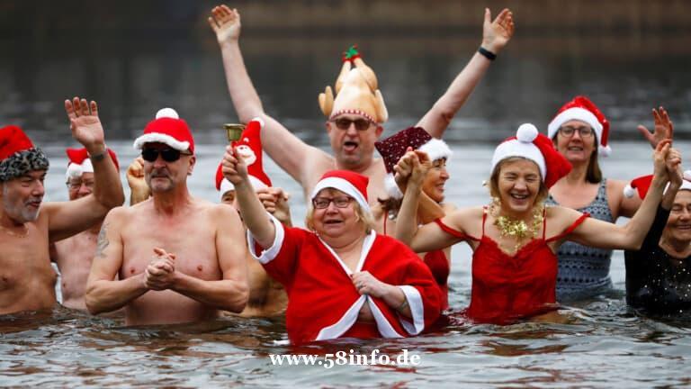 柏林海豹游泳队在扮圣诞老人在Orankesee湖中四处飞溅